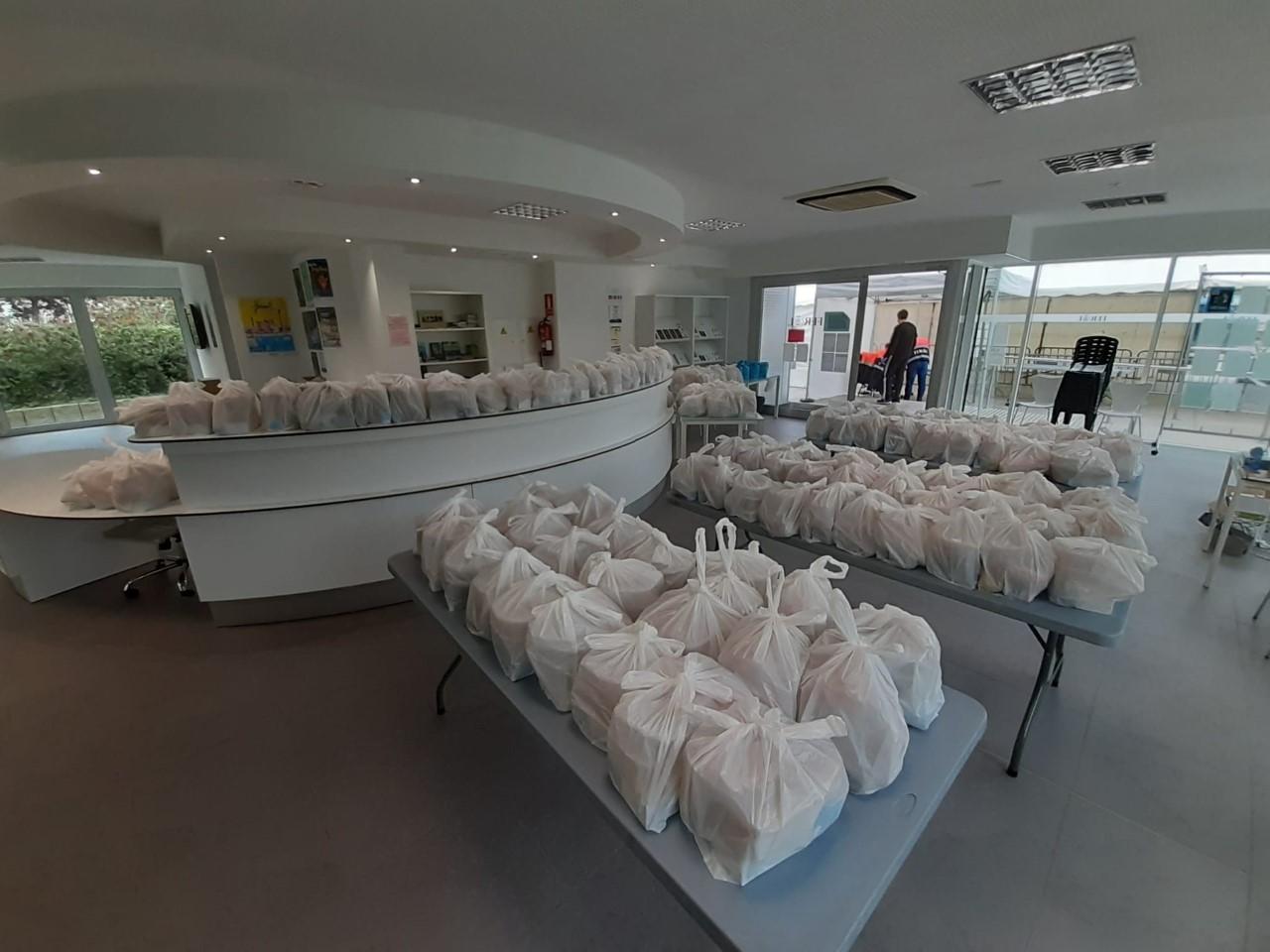 O Concello xa entregou máis de 10.200 menús entre o reparto na praza de España e a domicilio