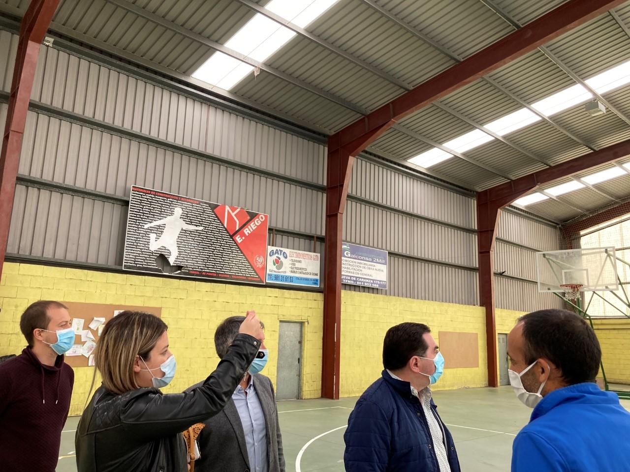 Os concelleiros de Obras e de Deportes revisaron a reparación da cuberta do pavillón de Santa Mariña